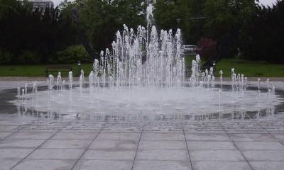 Fontanna Cosmopolis często jest obiektem, w którym kąpią się dzieci (fot. archiwum)
