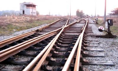 Zdewastowana_nastawnia_i_tory_przy_stacji_kolejowej_Gdansk_Kokoszki_(ubt)
