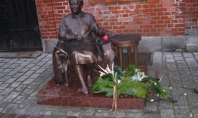 Elżbieta_Zawacka_monument_02