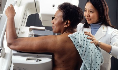 750px-Woman_receives_mammogram-750x600
