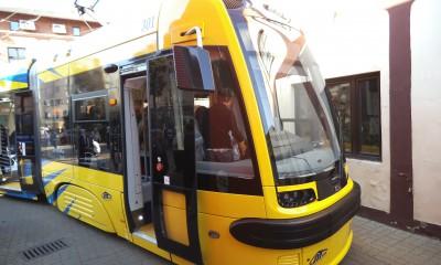 nowy_tramwaj_w_toruniu_swing-_od_pazdziernika_2014_w_taborze_mzk-1