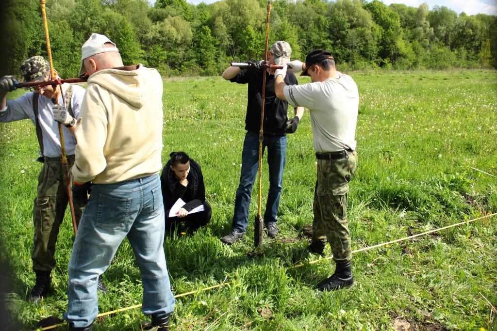 Ostrówki na Wołyniu. Poszukiwania mogił za pomocą odwiertów sondażowych (fot. Adam Kuczyński)