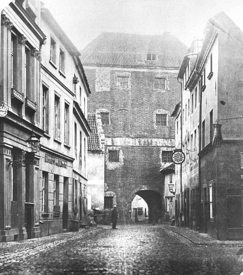 widok-bramy-paulinskiej-od-zachodu-od-strony-staromiejskiej-ulicy-szewskiej-1878-r