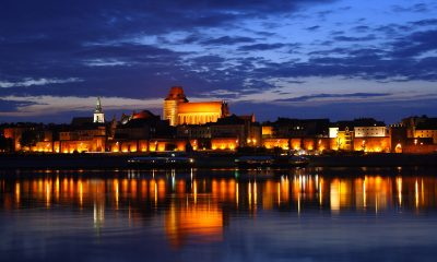 1280px-Toruń_-_Old_Town_by_night_01