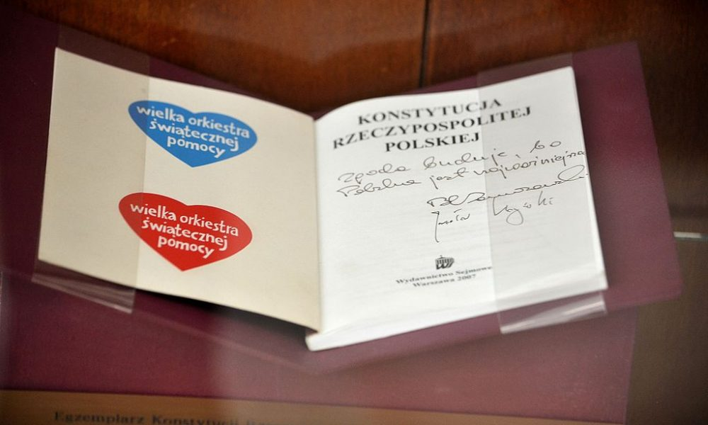 Egzemplarz_Konstytucji_podpisany_przez_Bronisława_Komorowskiego_i_Jarosława_Kaczyńskiego_Sejm_2014_01
