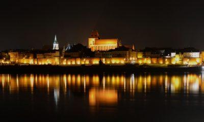 Toruń,_Stare_Miasto_z_Kępy_Bazarowej_nocą