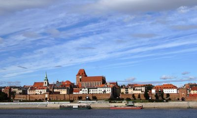 1024px-Toruń,_panorama_miasta_(OLA_Z.)