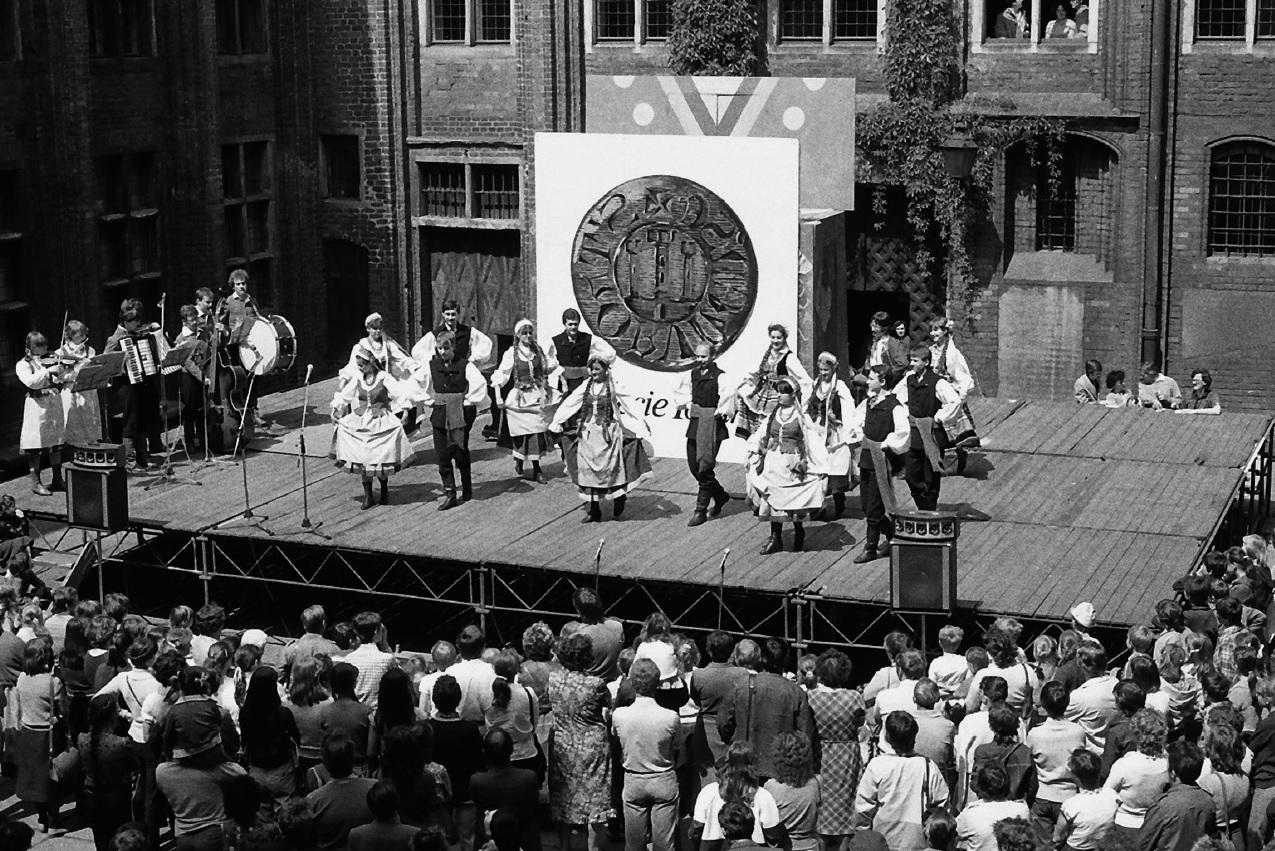 Zespół Pieśni i Tańca UMK występuje na dziedzińcu Ratusza Staromiejskiego przy okazji obchodów 750-lecia miasta. (fot. Andrzej Kamiński)