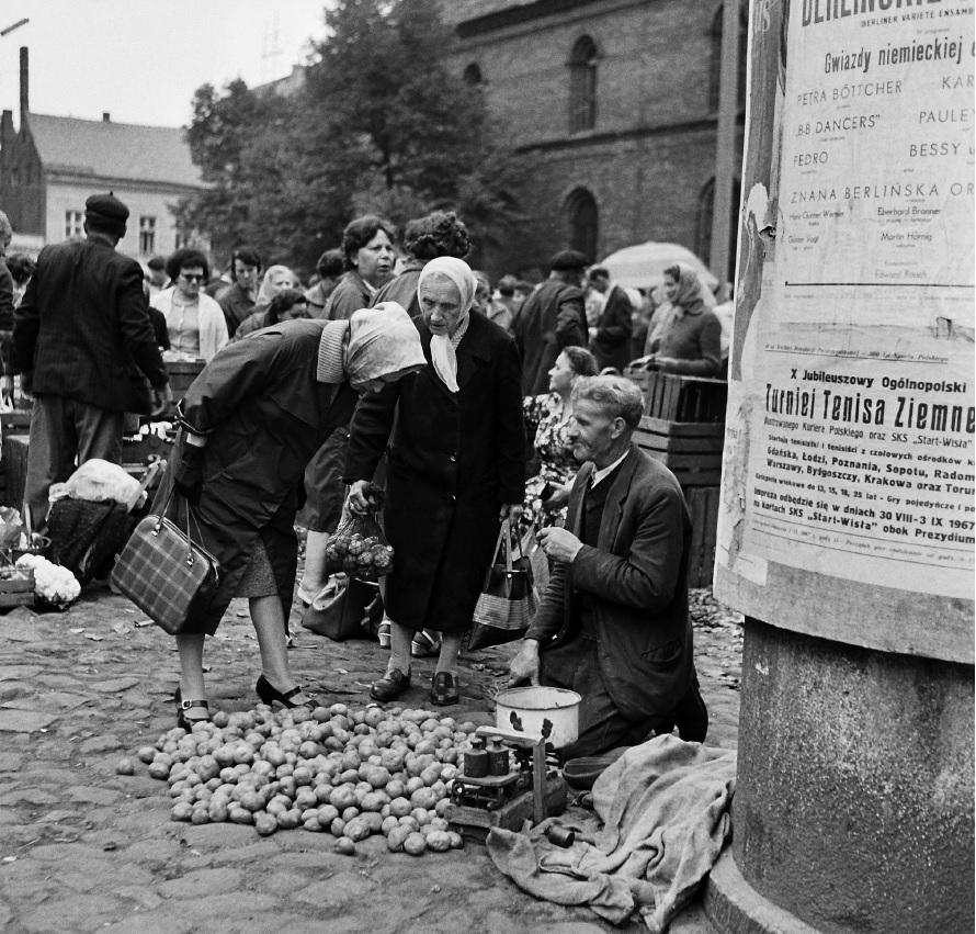 Targowisko na Nowym Rynku. Prawdopodobnie 1967 rok. (fot. Andrzej Kamiński)
