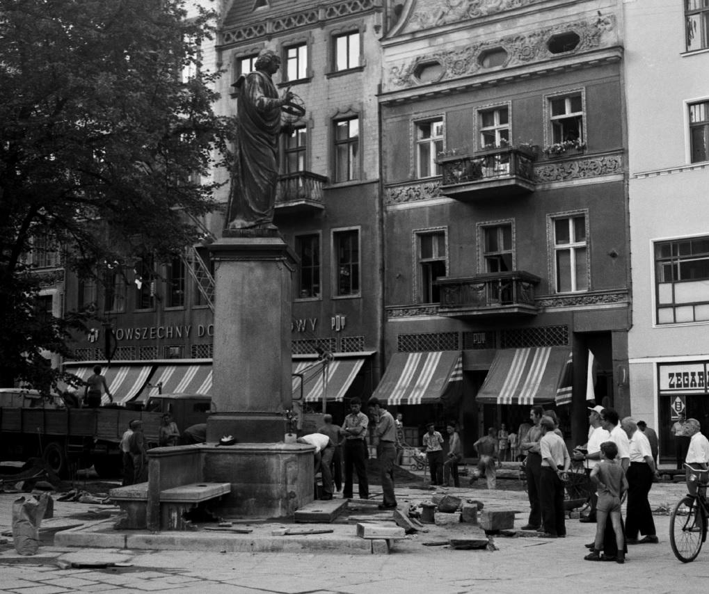 Renowacja cokołu pomnika Mikołaja Kopernika. Prawdopodobnie 1972 rok. (fot. Andrzej Kamiński)
