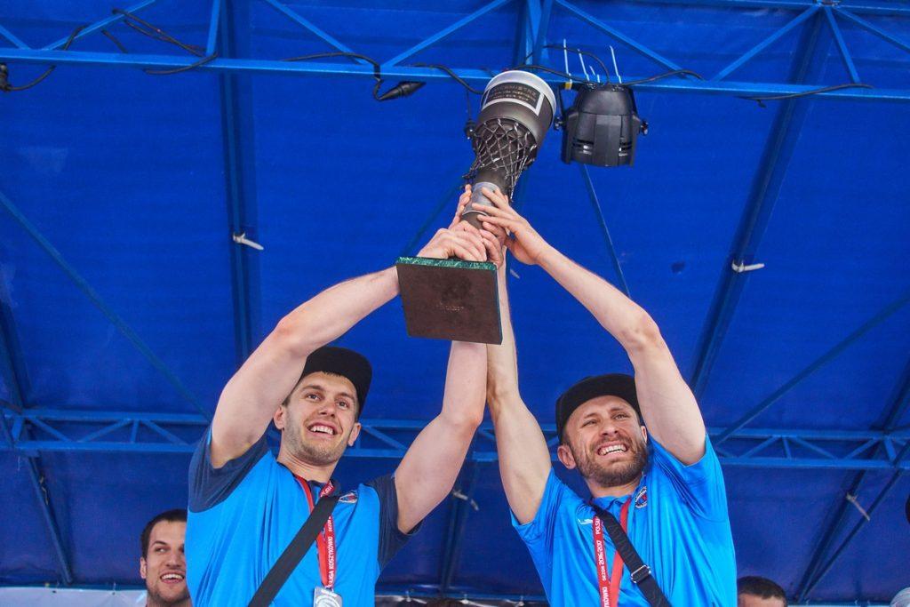 Krzysztof Sulima i Łukasz Wiśniewski zaprezentowali puchar kibicom (fot. K. Maliszewski)