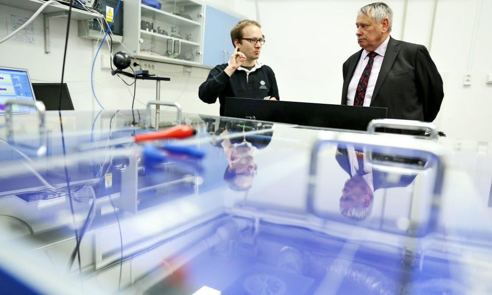 gen Worden z NASA z prof. Michałem Zawadą z UMK w Instytucie Fizyki UMK (fot.AndrzejRomański)