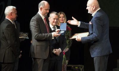 """Medal Thorunium przekazany """"Nowościom"""" (fot. Wojciech Szabelski/torun.pl)"""