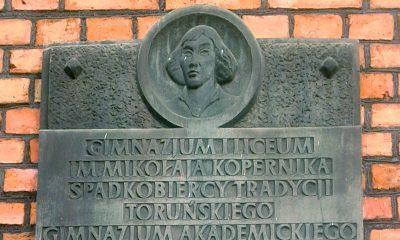 Tablica_pamiątkowa_na_I_Liceum_Ogólnokształcącym_w_Toruniu_imienia_Mikołaja_Kopernika