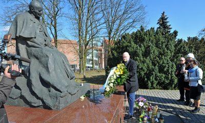 W rocznicę śmierci św. Jana Pawła II, władze miasta złożyły kwiaty pod jego pomnikiem (fot. torun.pl)
