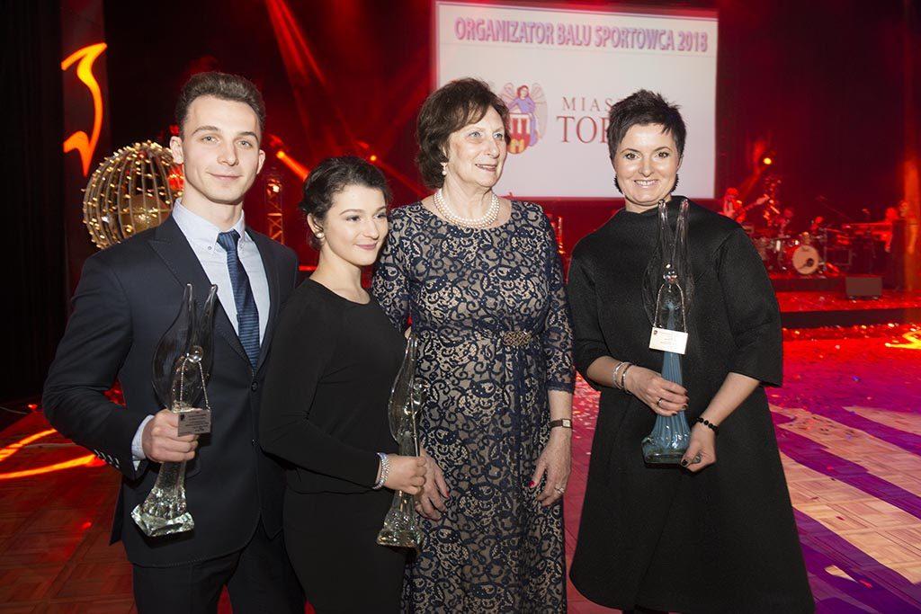 Irena Szewińska w towarzystwie toruńskich olimpijczyków z Pjongczangu (fot. torun.pl)
