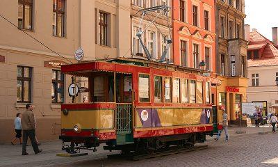 Toruń,_zabytkowy_tramwaj_na_Rynku_Staromiejskim